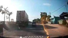 Kia Morning vượt ẩu cắt đầu xe container và cái kết đắng
