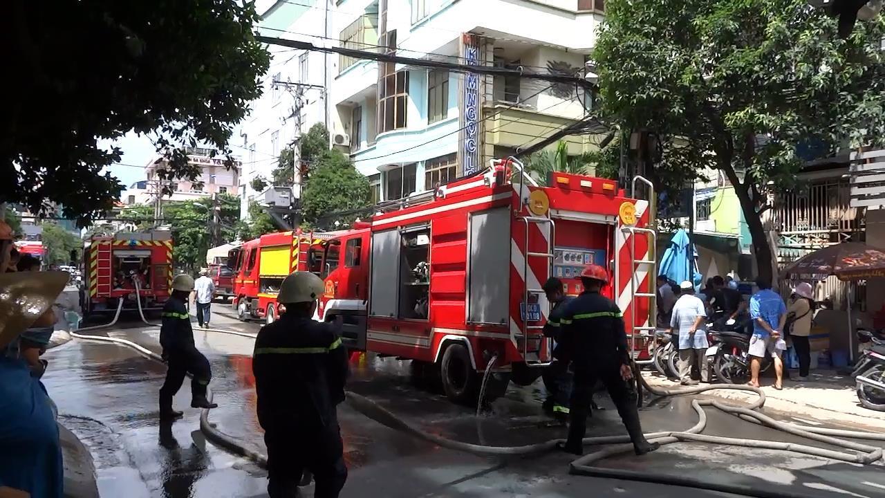 Cháy nhà nghỉ giữa trưa ở Sài Gòn, hàng chục khách tháo chạy