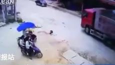 Em bé bị xe tải cuốn vào gầm, tài xế lao xuống tìm kiếm trong hoảng sợ