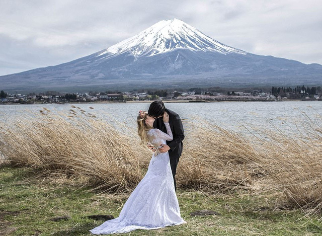 Bộ ảnh cưới tuyệt đẹp 'khóa môi nhau trên khắp thế gian'