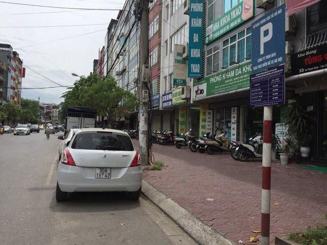 Ô tô bị dán dòng chữ 'Lần sau đỗ xe ở đây đừng trách tao'