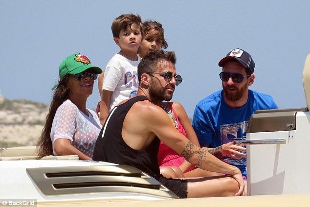 """Juventus """"cướp hàng"""" Barca, Messi đi xả hơi với nhà Fabregas"""
