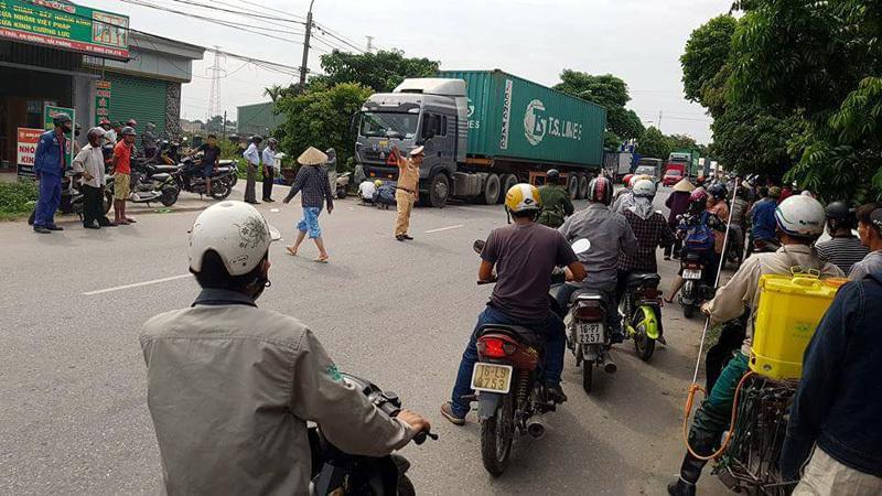 Container 'ôm' xe máy vào gầm, một người tử vong