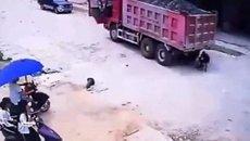 Bé trai thoát chết thần kỳ dưới gầm xe tải