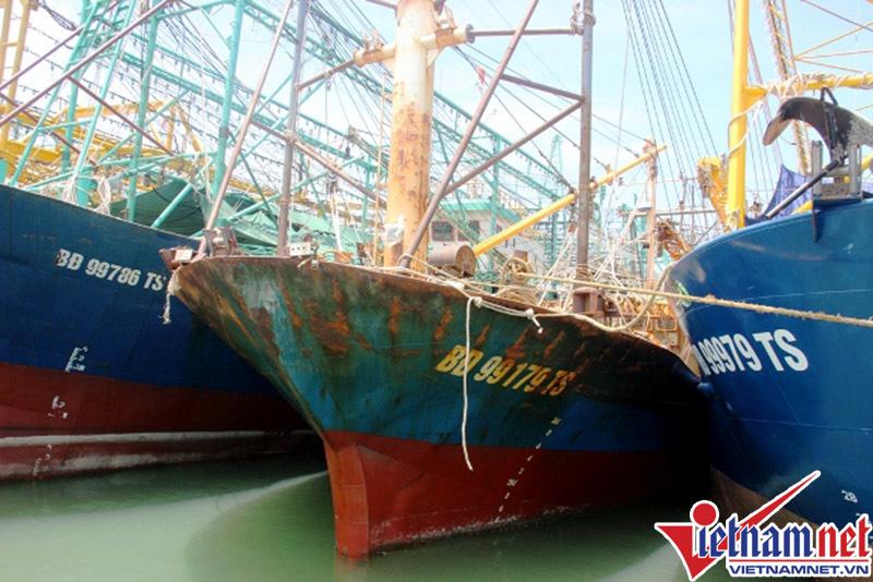 Vợ giám đốc công ty bán máy tàu rỉ sét năn nỉ ngư dân
