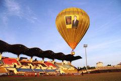 Rải tiền từ khinh khí cầu: 'Khoe tiền trước mặt vua'