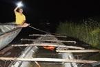 Bị đuổi 20km, đối tượng bỏ lại ghe gỗ lậu nhảy xuống sông