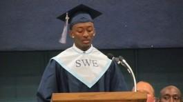 Không đọc diễn văn chuẩn bị sẵn, nam sinh bị giữ bằng tốt nghiệp