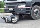 Bị xe tải cuốn vào gầm, cha mẹ tử vong, con 3 tuổi nguy kịch