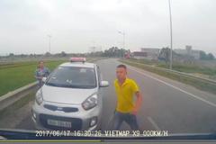 Thanh Hoá: Chạy ngược chiều bị chặn, tài xế taxi rút tuýp sắt đòi xử