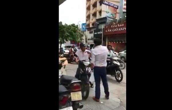 Ông Tây chặn xe máy leo vỉa hè giữa trung tâm Sài Gòn