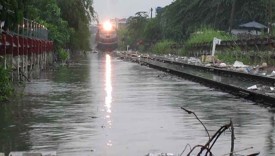 Đường sắt Bắc Nam tê liệt gần 1 giờ vì…ngập