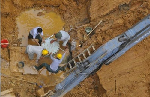 vỡ ống nước sông Đà, mất nước sinh hoạt, mua nước sạch