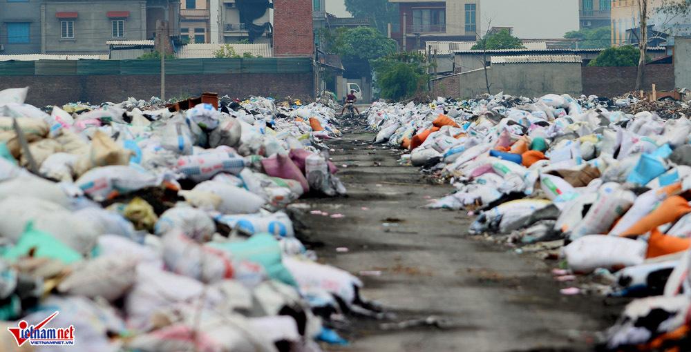 Khói bụi, rác thải bủa vây cả làng ở Bắc Ninh