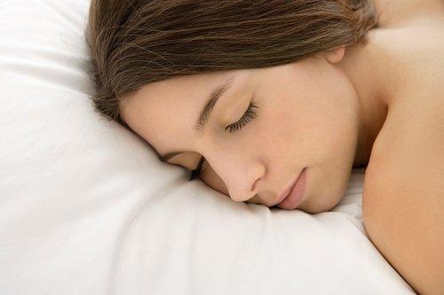 ngủ khoa thân, giấc ngủ, ngủ nude, lợi ích của ngủ nude, thiếu ngủ, lão hóa