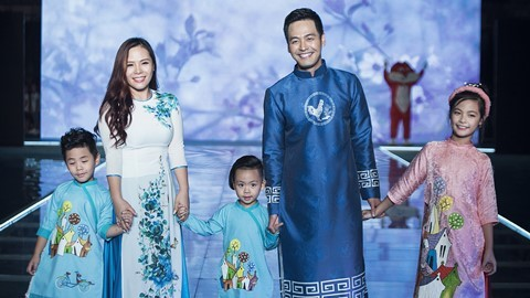 MC Phan Anh và vợ con trình diễn thời trang