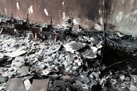 Đống tro tàn bên trong chung cư bị cháy ở Anh