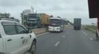 Xe khách liều lĩnh chạy ngược chiều để tránh tắc đường