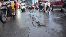 Mưa lớn, đường Sài Gòn bị bong tróc nham nhở