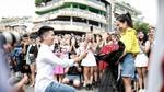 Chàng trai cầu hôn bạn gái ở phố đi bộ Hà Nội gây chú ý