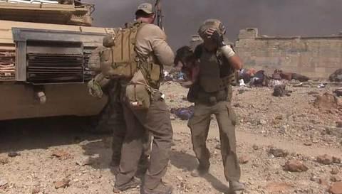 Nhân viên cứu trợ băng mình qua làn đạn cứu bé gái Iraq