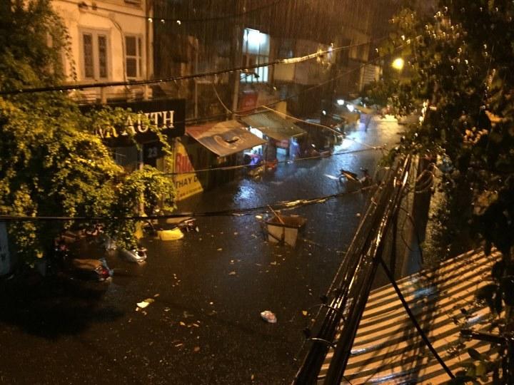 Hà Nội: Vật lộn giữa dòng nước trong mưa lớn