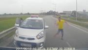 Kết đắng cho tài xế taxi chạy ngược chiều, rút tuýp sắt đe dọa