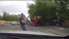 Phóng nhanh vượt ẩu còn thách thức, tài xế bị cô gái 'dạy' cho một bài học