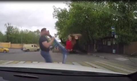 Phóng nhanh vượt ẩu còn thách thức, tài xế bị cô gái trẻ 'dạy' cho một bài học
