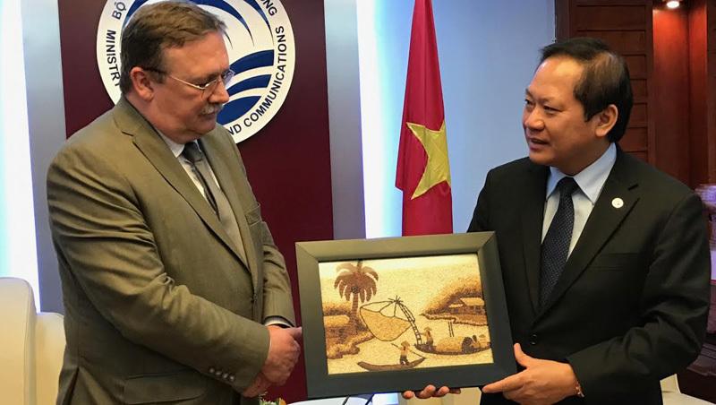 Món quà đặc biệt Bộ trưởng dành tặng ngài Đại sứ