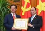 Trao huy hiệu 50 năm tuổi Đảng cho nguyên Thủ tướng Nguyễn Tấn Dũng