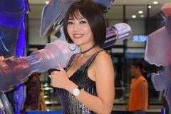 'Con gái ông trùm' diện đồ nóng bỏng đi xem 'Transformers 5'