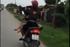 Mẹ chở con 'kiểu Úc' trên xe máy khiến nhiều người 'choáng'