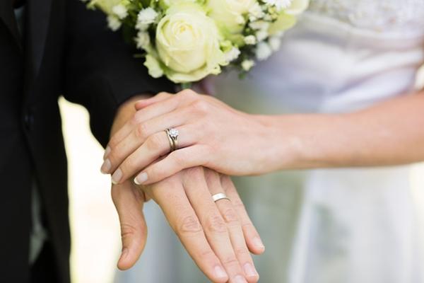 Chồng thường xuyên 'để quên' nhẫn cưới ở nhà mỗi khi đi công tác