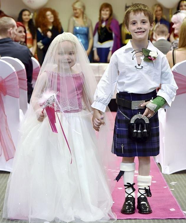 Đám cưới cổ tích của bé gái 5 tuổi mắc bệnh nan y