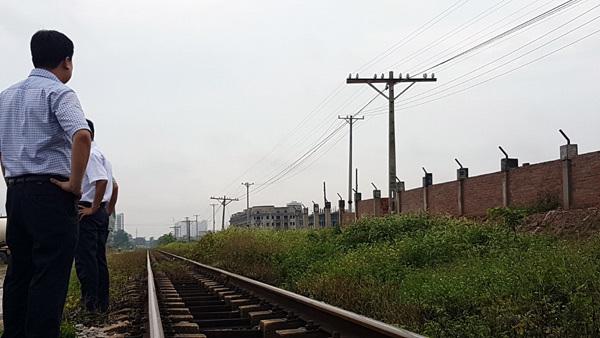 Liều lĩnh xây tường lấn hành lang đe dọa an toàn chạy tàu