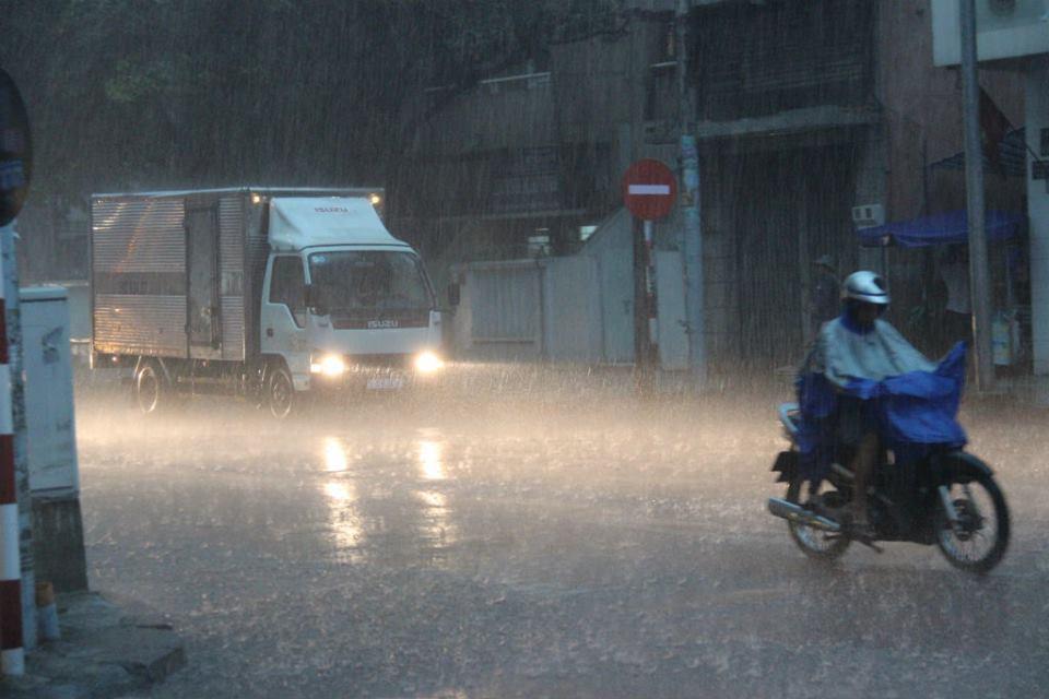 Mưa trên diện rộng ở Sài Gòn, nhiều tuyến đường ngập nặng