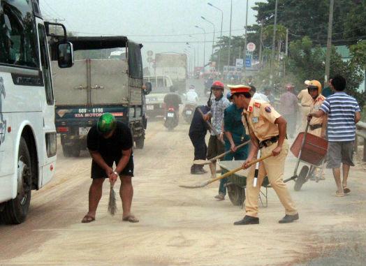 CSGT dùng xẻng hốt cát tràn ra quốc lộ