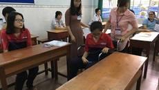 Một thí sinh bị gãy chân đi thi trên xe lăn