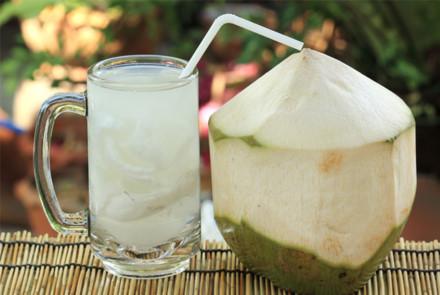 uống nước dừa, nước dừa, uống nước dừa đúng cách, cách uống nước dừa