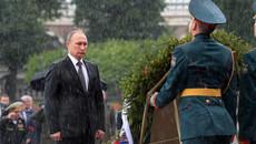 Tổng thống Putin đội mưa viếng mộ Chiến sĩ vô danh