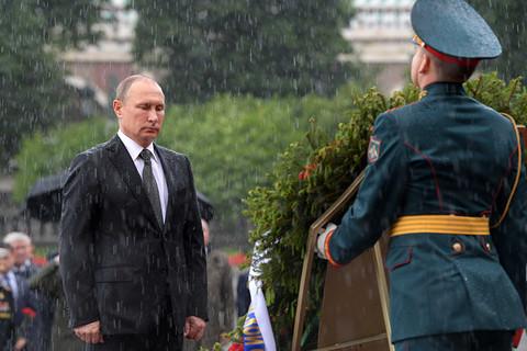 Putin đội mưa viếng Mộ Chiến sĩ vô danh
