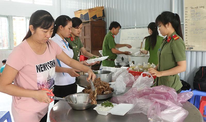 Nấu cơm miễn phí phục vụ thí sinh
