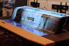 Ra mắt màn hình OLED trong suốt khổng lồ, uốn dẻo như dòng suối