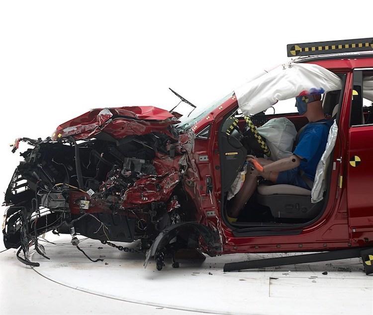 Ô tô tiền tỷ còn mới nguyên bị phá nát không thương tiếc