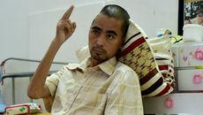 Diễn viên Nguyễn Hoàng cố nắm tay đồng nghiệp trên giường bệnh