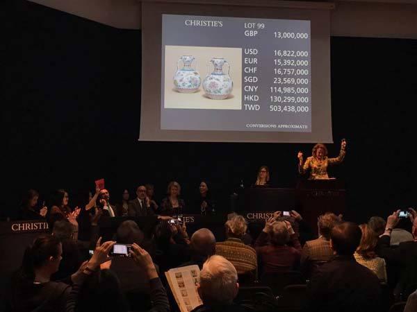 Cặp bình cổ giá 'siêu khủng' gần 400 tỷ đồng