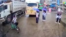 Nữ sinh phản ứng cực nhanh thoát chết trước đầu xe tải