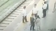 10 clip 'nóng': 'Yêu râu xanh' bị hất ngã sấp mặt xuống đường ray
