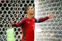 Ronaldo sắp vượt mặt Pele, Federer vào chung kết Halle